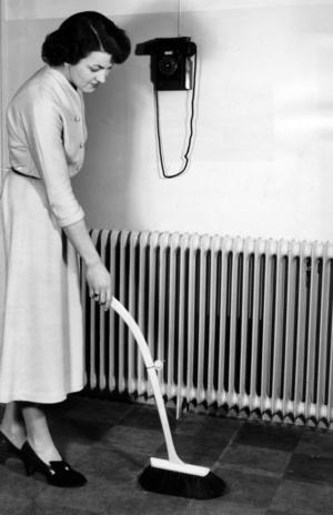 Motreaktionen på äldre tiders snusk var kraftig. Tidningen Husmodern presenterade detaljerade städscheman för hemmafrun att följa. De var mycket nitiska. Foto: TT