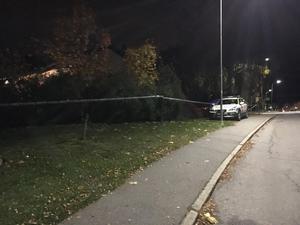 Polisen spärrade av området runt bostaden.