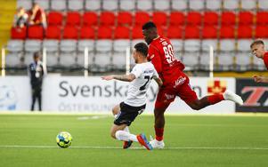 Alhaji Gero, en av tio spelare i ÖFK:s trupp som inte räknas som hemmafostrad, i aktion mot Örebro. Per Danielsson / TT.