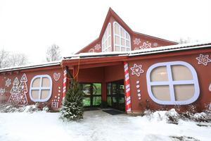 200 kvadratmeter meshtyg har förvandlat gamla Elsborgskyrkans fasad.