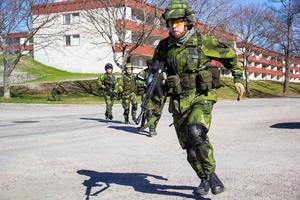 Hemvärnet övad strid i bebyggelse i Ljusne. När man korsar en väg gäller det att hålla hög fart.