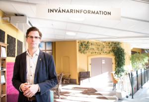 Johan Adolfsson började aldrig som kommunikationschef på Trelleborgs kommun. I ställer får han 18 månaders lön samt att kommunen står för amorteringar i ett år på det hus han köpte i Skåne.