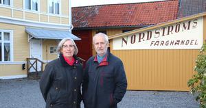 Agneta Werlinder och Hans Landberg på museigården, där asfalten bytts ut mot grus.