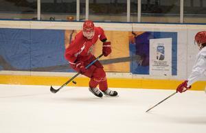 Kim Rosdahl på språng under måndagens förmiddagsträning för Modo Hockey.