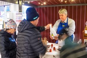 Lars-Olof Mattsson, dryckestillverkare i Sveg, körde sin traditionsenlig glöggpremiär på mässan på Vemdalsskalet