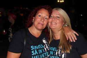 Ollis Jansson och Ann-Charlotte Wikström  (från vänster) hade åkt från Sandviken. På sig hade de tröjor, tillägnade bandet för kvällen.