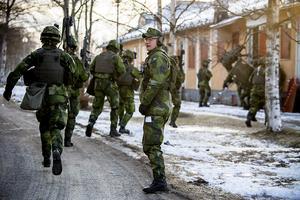 Soldater stormar fram för att inta byggnaden och bekämpa fienden.