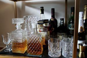 Whisky och rom i glaskaraffer.