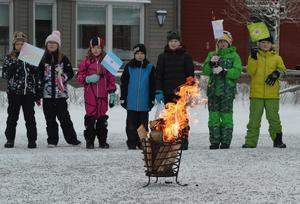 Den olympiska elden får brinna på skolgården under invigningsdagen.
