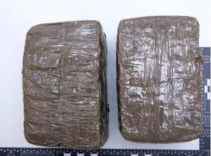 När polisen slog till mot lägenheten i Söderhamn beslagtogs nära 2,5 kilo cannabisharts. Bild: Polisen