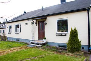 Utvändigt ser alla hus på Kapellvägen i Bomhus likadana ut.