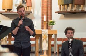 Mikael Augustsson berättade om programmet men hade ingen analys att komma med: han uppmanade lyssnarna att bara höra och känna.