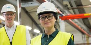 Operatören Camilla Dahlberg uppskattar att Anders Björklund och andra chefer blivit mer synliga på arbetsplatsen.