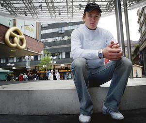En 19-årig Nicklas Grossmann blev intervjuad och fotograferad på Politikertorget i Södertälje centrum efter att ha skrivit på sitt första A-kontrakt med SSK. Foto: Mats Andersson.