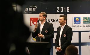 Indianernas lagledare Peter Johansson, här tillsammans med sin lagkapten Ludvig Lindgren, under torsdagens upptaktsträff i Stockholm.