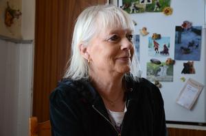 Det är ett pass varje dag för Anita Kristiansson att mata rådjuren.