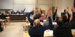 Med rösterna 17-14 röstade politikerna i Skinnskatteberg för sänkt skatt vid fullmäktiges möte i november. Men i strid mot reglerna togs beslutet med handuppräckning.