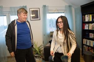 Risto Koivula med dottern Cherry i hennes lägenhet i Rimbo.