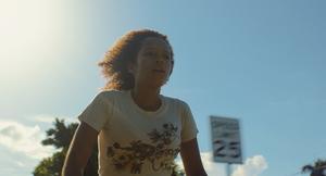 """Lillasyster Emily (Taylor Russel) måste hitta sig själv i spillrorna efter en familjekatastrof, i filmen """"Waves"""". Pressbild: Courtesy of A24"""