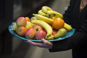 Henrik Strandfors försöker bota sin pollenallergi med frukt, rik på c-vitamin. Det har inte lyckats men gett god kunskap om frukternas för- och nackdelar. Foto: Fredrik Sandberg