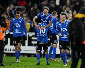 Halmstads Antonio Rojas hissar Johan Blomberg, Christian Järdler och Marcus Antonsson flankerar i kvalet mot Sundsvall. Foto: Björn Lindgren/TT.