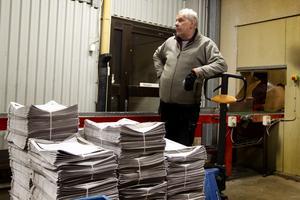 Caj Collin sköter distributionen på kajen. Han går i pension fyllde 65 för två år sedan.