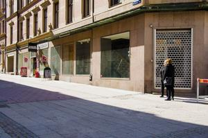 Skyltfönster som gapar tomma på Thulegatan. På hörnet vid Storgatan fanns senast en popup-butik - Coola shopen - som endast höll öppet över jul och nyår. Längre upp på gatan låg en Polarn och Pyret-butik, som barnklädeskedjan valde att stänga tidigare i år på grund av bristande lönsamhet.