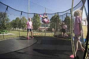 Morad Ibrahim Fabooda, Loke Beronius och Wilda Walter-Lindqvist visade sina akrobatiska konster på studsmattan.