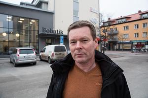 Ulf Adolfsson, projektledare vid Ludvikahem, befarar att det kan dröja till nästa år innan de fyra parhusen kommer på plats.