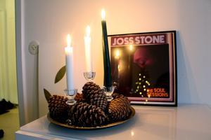 Kottar och ljus på en bricka framför skivomslaget till favoritartisten Joss Stone.