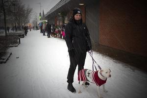 Simone Hansson besökte julmarknaden tillsammans med hunden Lily för att titta efter lite julpynt och andra fina grejer.