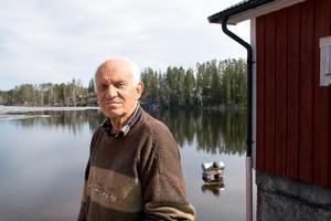 Leif Iggström bor vid sjön Öjen i Njurunda som nu svämmar över alla bräddar.