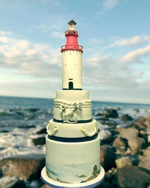 Att välja bara en favorit kan inte Veronica men den här marina tårtan med Landsorts fyr på toppen kände hon sig lite extra nöjd med. Foto: Veronica Aster
