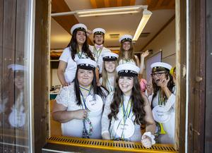 Så här glada var eleverna i handels när de tog studenten i fredags. Från vänster längst fram: Sofia Niemelä, Joline Jörgensson, Hanna Feldin och Olivia Lundblom. Bakom dem Thea Lundqvist, Filip Nordén och Emelie Bajec. Foto: Lennye Osbeck