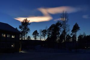 Pärlemormoln eller bara vackra penseldrag på kvällshimlen över Idre.