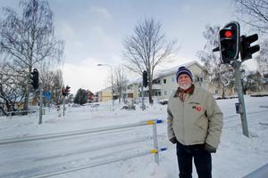 Bengt Holmberg vid Hedemoras enda trafikljus på Brunnsjögatan. Här brukar han skotta marken när han har tid över. Nu är han trött på de höga hastigheterna, på vägen som går förbi Stureskolan och Sveaparken, och krånglande trafikljuset därför har han lämnat in ett medborgarförslag om att något behövs göras.