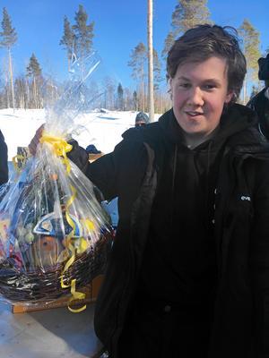 Lycklig vinnare av Delikatesskorgen, Markus Häggqvist från Sundsvall.