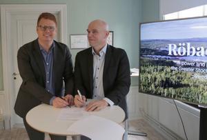Det var glada miner i Grenanderska huset i Smedjebacken när kommunalrådet Rönning och Jan Fahlén, EcoDC, undertecknade ett Letter of intent gällande 25 hektar på Röbackens industriområde.