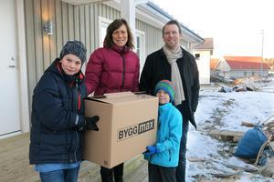 Familjen Sundberg består av Kasper, Sandra, Arvid och John. Vid flytten, som bara tog fem timmar, hade de även hjälp av andra.