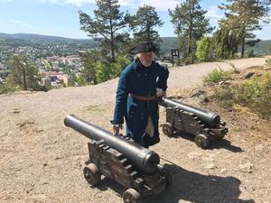 Jack Rönström skjuter salut på Norra berget.