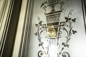 De etsade glasen på övervåningens dörrar finns det dubbletter av på vinden om något skulle gå sönder.