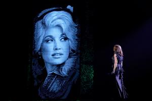 Ikonen Dolly Parton är en av de som hyllas i föreställningen,
