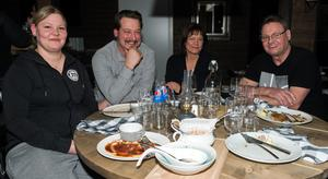 """""""Jag hoppas att det kommer att hållas event här. Det finns ju så lite sådant här omkring"""", säger Sven-Ingvar """"Svensken"""" Eriksson (längst till höger). Från vänster sitter Jessica Eriksson, Andreas Lundqvist och Lotta Isaksson."""