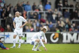 GIF Sundsvalls Stefan Ålander och Joakim Nilsson deppar efter den tunga förlusten mot Halmstad.