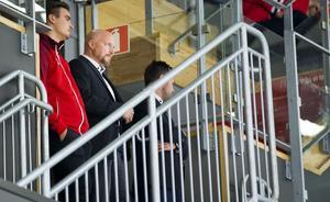 Niklas Johansson, sportchef i Örebro Hockey, har gjort klart med finske Patrik Virta. Bild: Johan Bernström/Bildbyrån