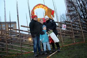Peter, Elias, Johannes och Åsa Holm spanade in bocken före invigningen för att sedan gå hem till adventsfika.