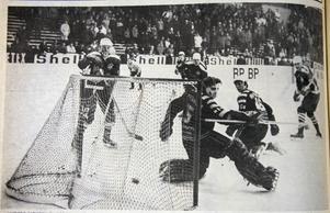 ÖA 3 februari 1969. Anders Nordin har klappat till och duktige Kenneth Holmstedt i Skellefteåburen är helt chanslös. Uffe Croon kan bara konstatera klubbkompisens prydliga 3-0-mål.