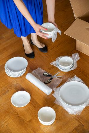 Börja flytten i god tid och packa först ner det som du använder sällan. Bubbelplast skyddar porslinet. Foto: Ulf Huett