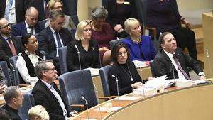 Delar av regeringen under en partiledardebatt: kulturminister Alice Bah Kuhnke (MP), finansminister Magdalena Andersson (S), miljöpartiets språkrör Isabella Lövin (MP) , utrikesminister Margot Wallström (S), och statsminister Stefan Löfven (S).