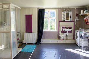 Badrummet ligger på övervåningen och är större än lägenheten paret bodde i i Stockholm.
